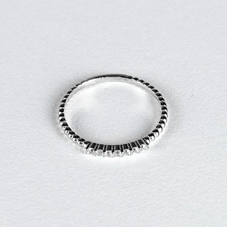 Stříbrný zdobený prstýnek se zirkonky